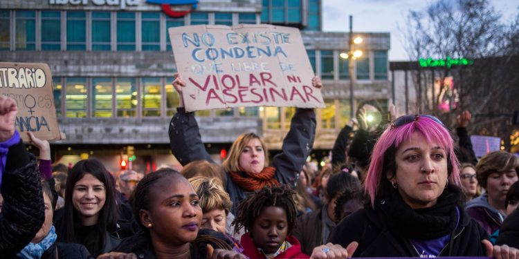 Feministdemonstration misstänkt bakom tusentals smittade och döda i Spanien